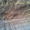 Medence fenéklemez vasalásba bekötött oldalfal vas felállások. Több esetben tapasztaltam, hogy a fenéklemez elkészülése után egyenes betonvasakat ütnek le a fenéklemezbe, ami statikailag kifogásolható.
