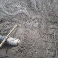 Kezdődik a medence fenéklemez betonozása. 10,5m3 C16-24kk betonminőség.