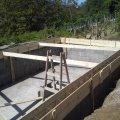Hatodik nap. A medence oldalfal 25x25cm méretű betonkoszorúja készül.