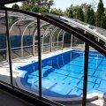 Kültéri úszómedence polikarbonátfedéssel lefedve