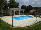 Süllyesztett víztükrű, fólia burkolatú beton medence