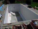 Fóliás úszómedence fóliázási előkészület -geotextília elhelyezése