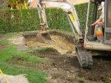 Süllyesztett víztükrű fólia burkolatú beton medence építés