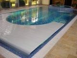 Úszómedence víz alatti redőnyös takaró